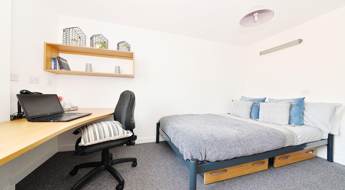 standard en suite room in kelvingrove house glasgow