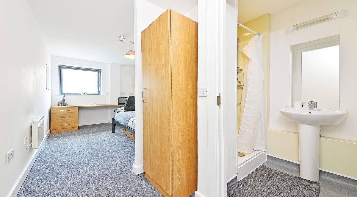 standard en suite room in kelvingrove house