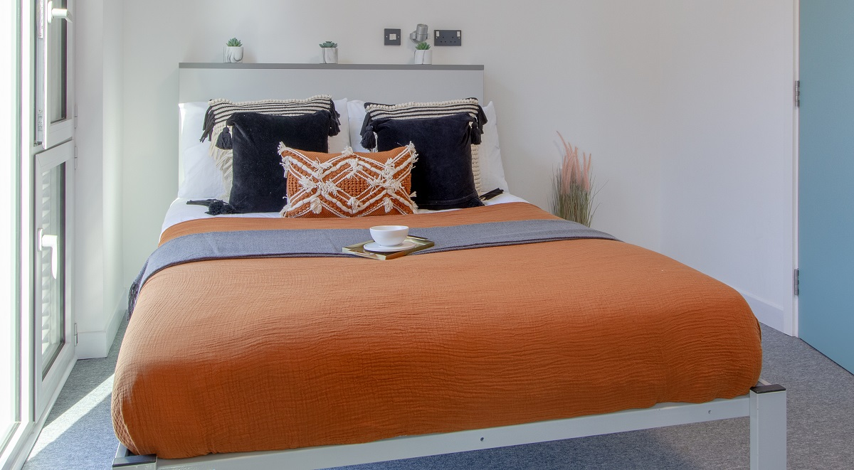 bed in courtyard studio in leamington spa