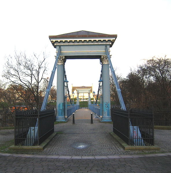 CC BY-SA 3.0 File: AM St Andrews Suspension Bridge, Glasgow Green, at sunset.JPG Uploaded: 13 January 2005