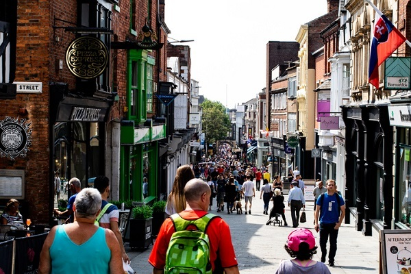 student shopping in lincoln